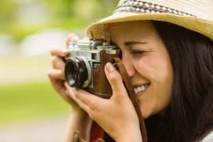 Frau mit Kamera beim fotografieren