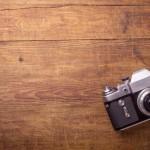 Kamera auf Holzplatte
