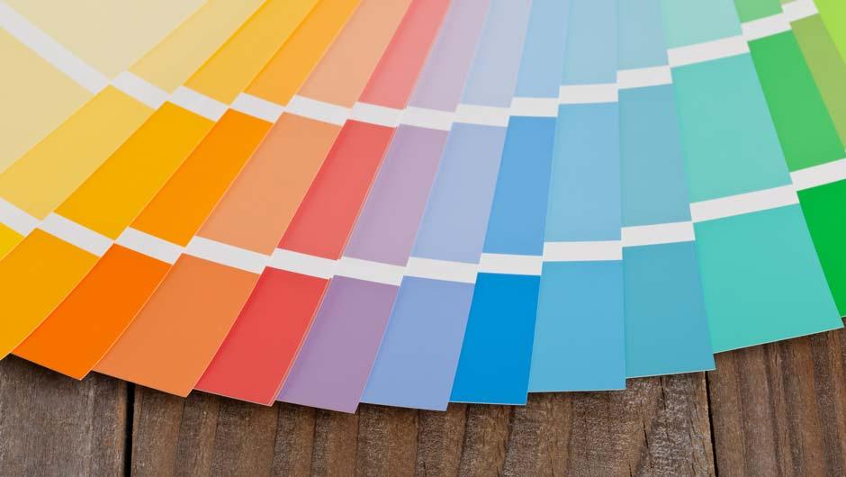 Farbfächer auf Holz